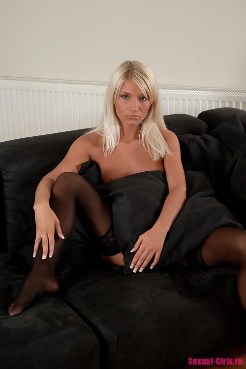 Блондинка в черных чулках любит раздвигать ноги
