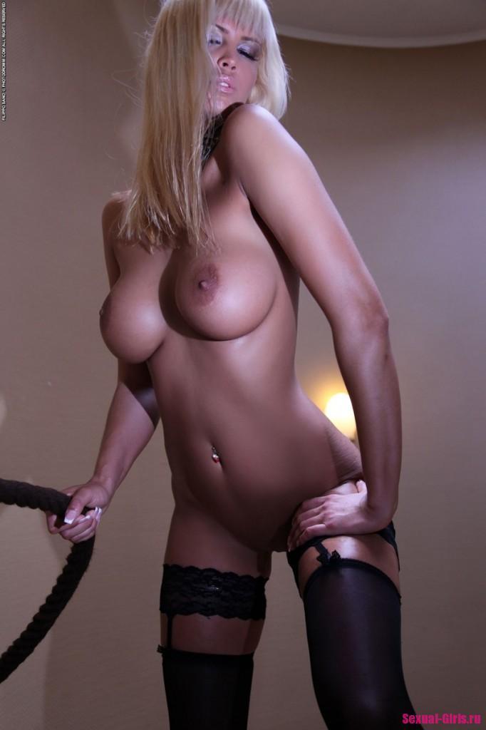 Блондинка в чулках продемонстрировала свое сексуальное тело
