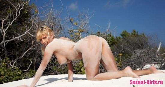 Девка с большими сиськами отдыхает на пляже