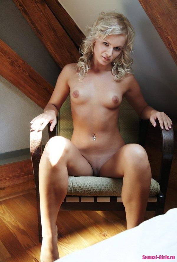 Девушка медленно раздевается на кресле