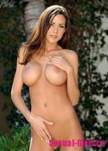 Большие силиконовые сиськи сексуальной эротической модели