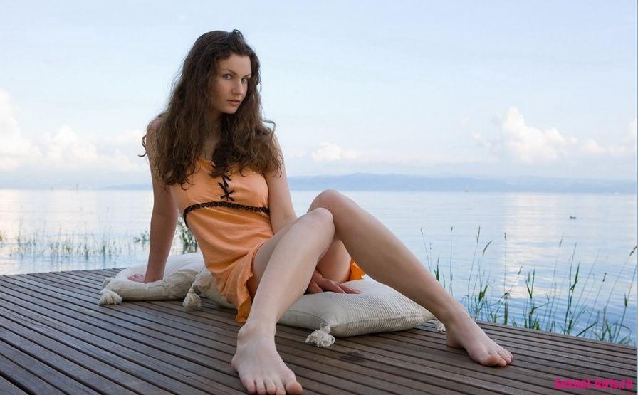 Девушка с большими сиськами возле озера
