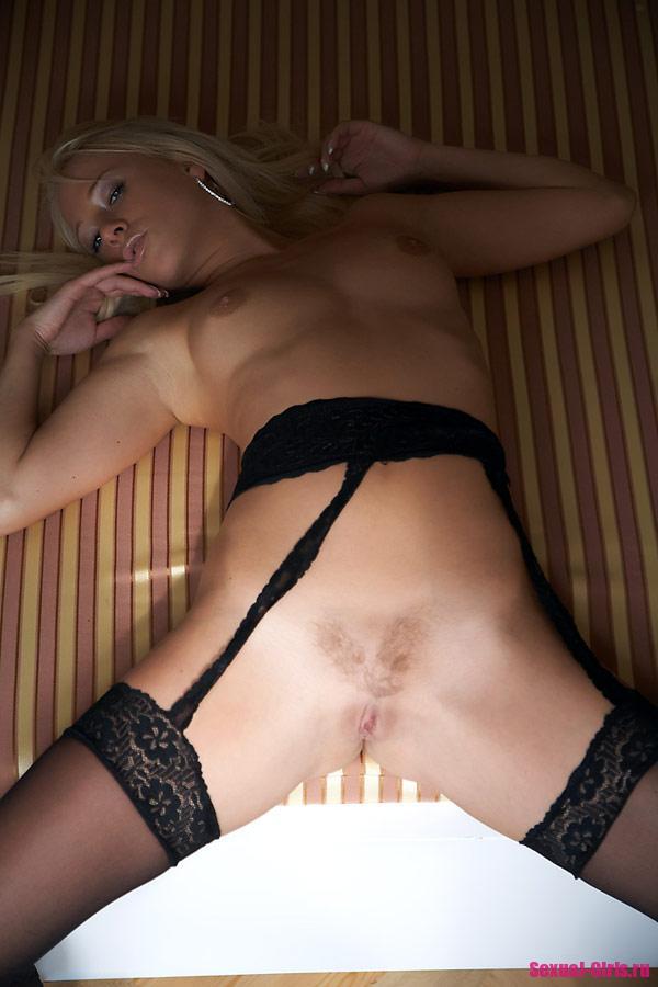 Эротические фото блондинки в чулках