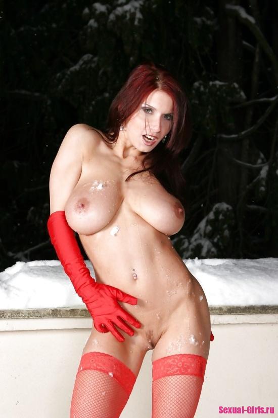 Голая на снегу