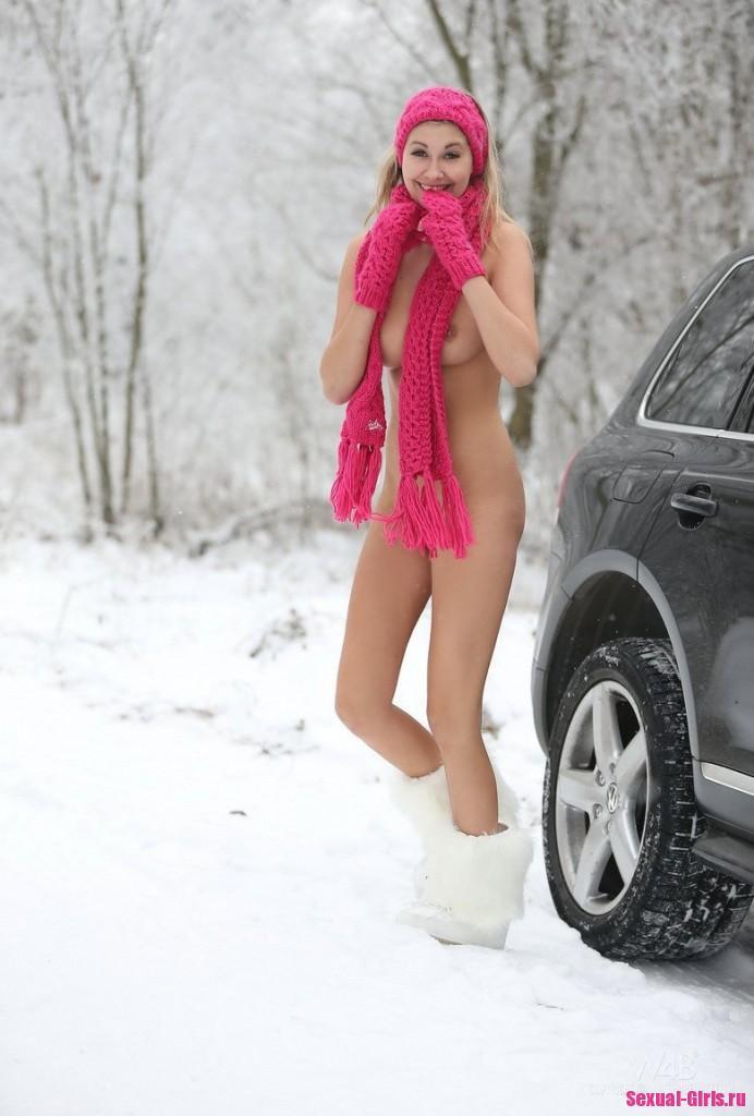Горячая попка блондинки в снежном лесу