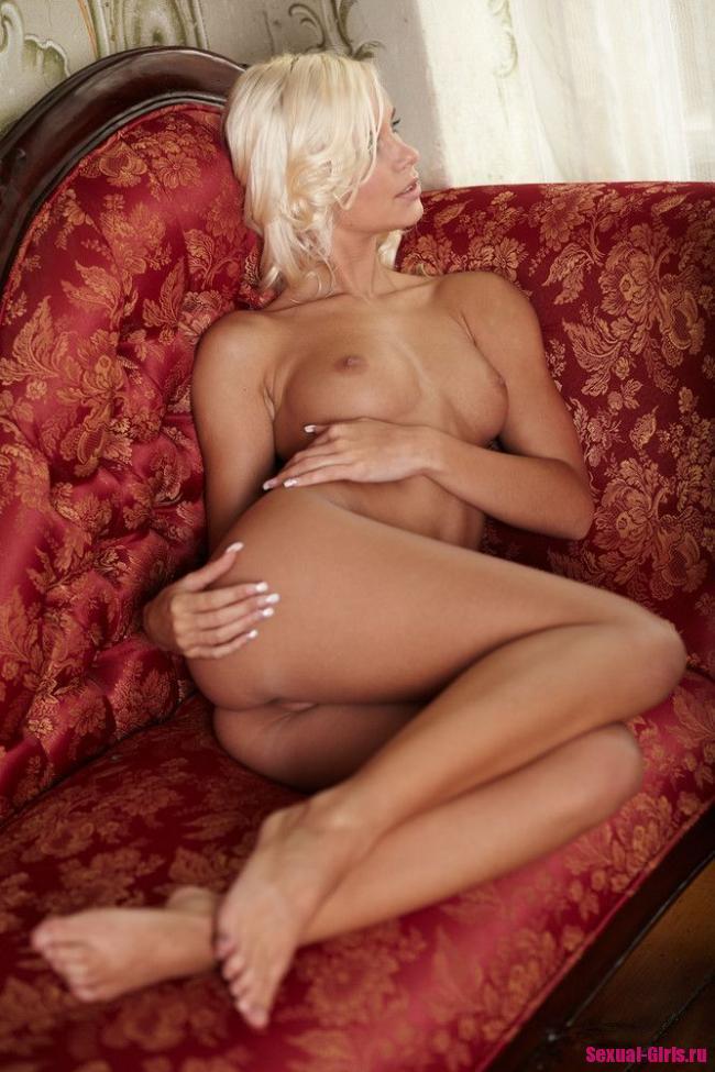 Красивая блондиночка на диване