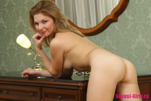 Молодая девственница на столе