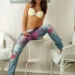 Молодая грудастая девушка в джинсах