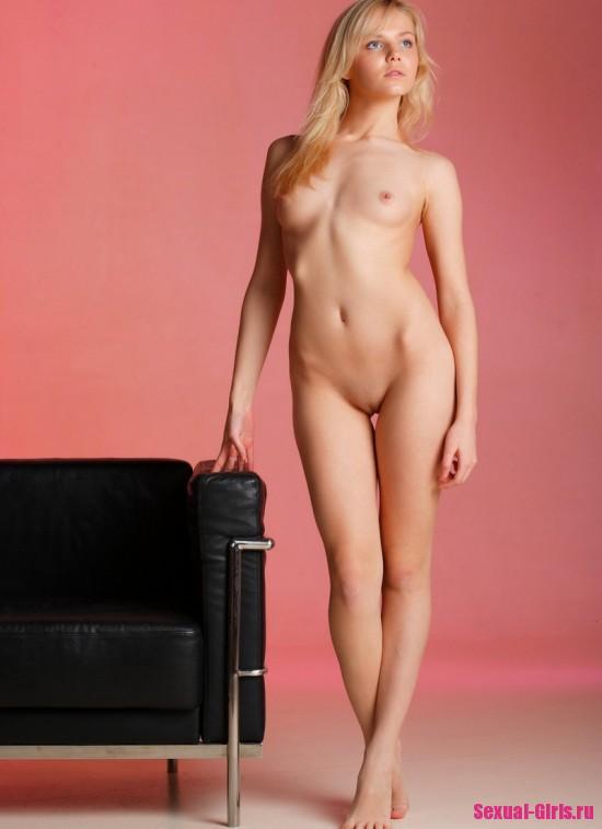 Молоденькая блондинка позирует на кресле