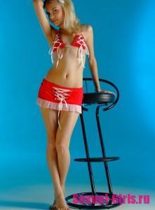 Молоденькая девушка на барменском стуле