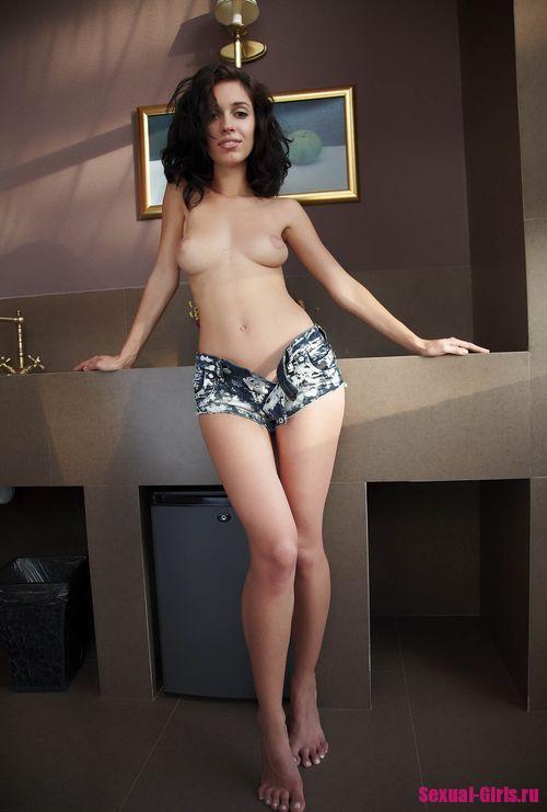 Молоденькая девушка на кухне