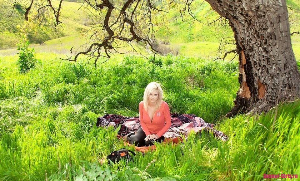 Очаровательная блондинка на пикнике
