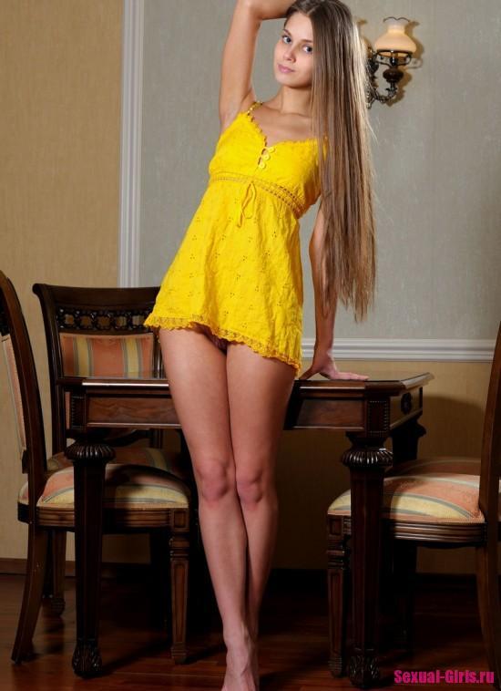 Эро фото: Привлекательная девушка раздевается перед камерой