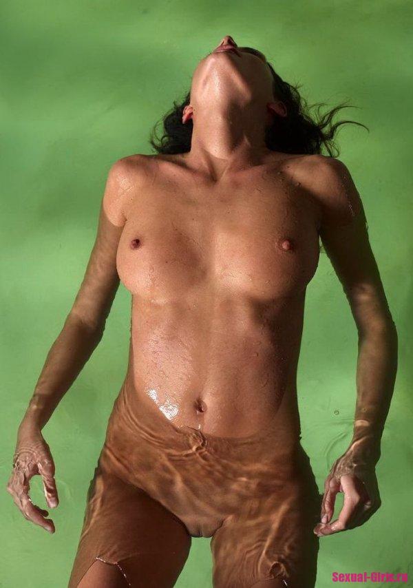 Пышногрудая брюнетка в бассейне