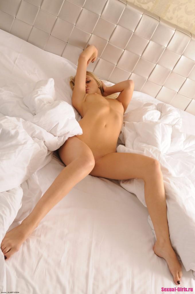 Сексапильная блондинка нежится в кровати