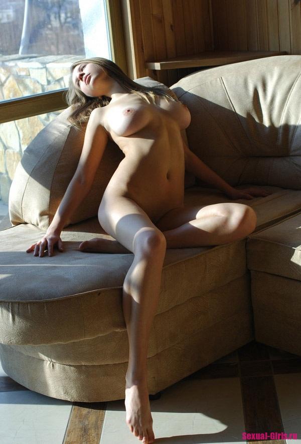 Эро фото: Сочная блондинка без трусиков