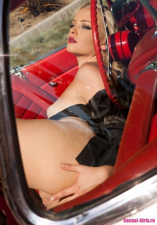 Страстная блондинка разделась при виде дорогого кабриолета