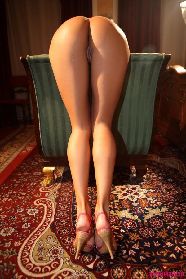 Голая страстная девушка с упругими формами