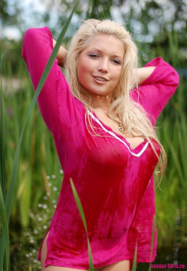 В мокром платье на берегу
