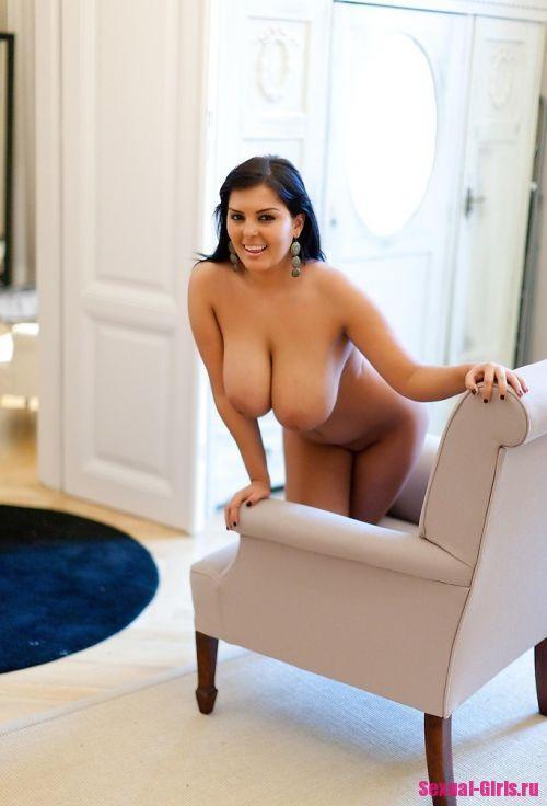 Великолепная грудь шикарной брюнетки