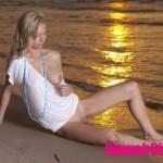 Красивая блондинка на пляже