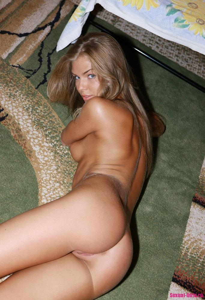 Домашняя эротика от красивой обнаженной девушки