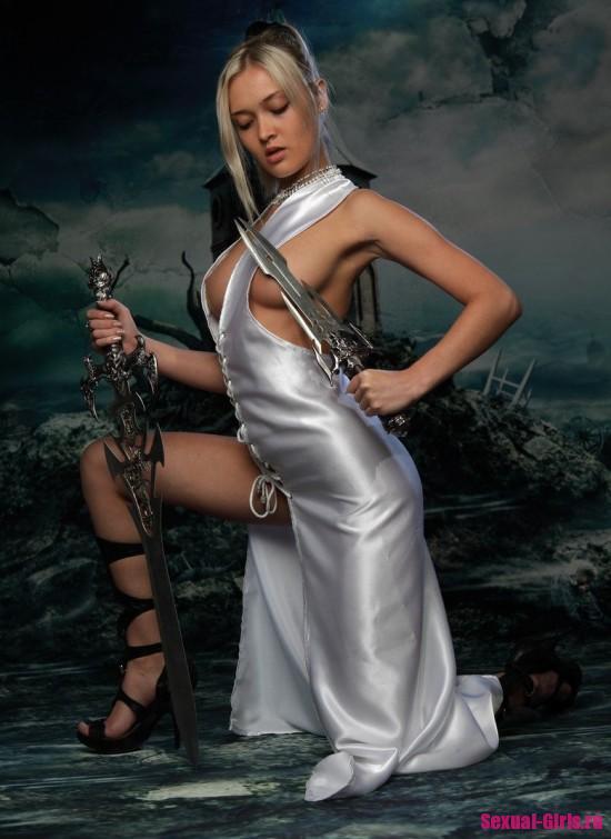 Эротический косплей от сексуальной блондинки