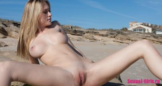 Молодая девка с хорошими сиськами