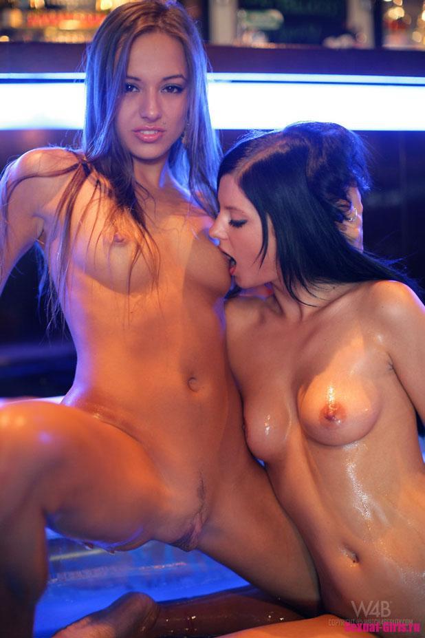 Молодые девушки с мокрыми кисками