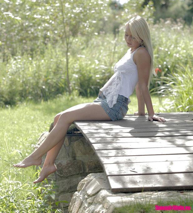 Молодая нежная блондинка