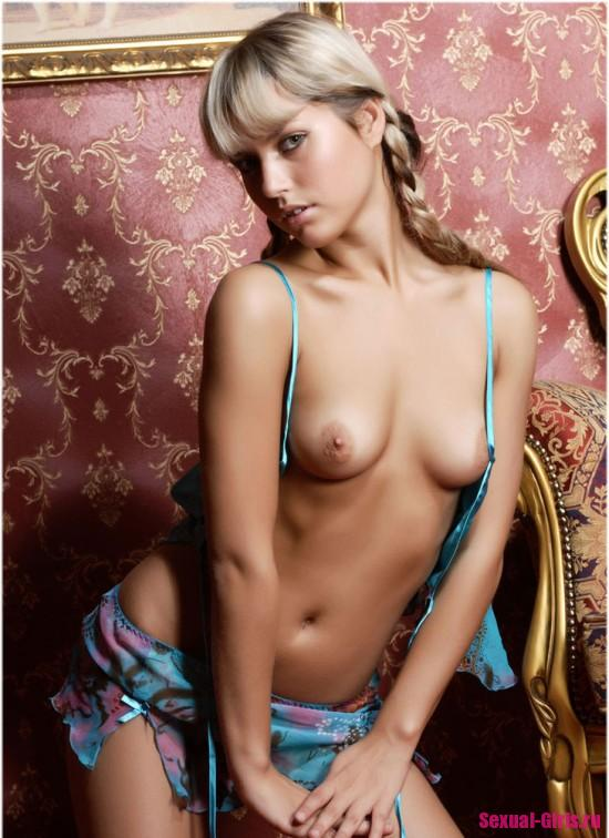 Эротическая фотосессия голой юной модели