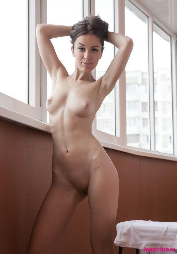 Молоденькая девка разделась на балконе
