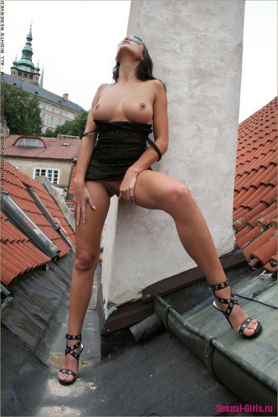 Брюнетка разделась на крыше