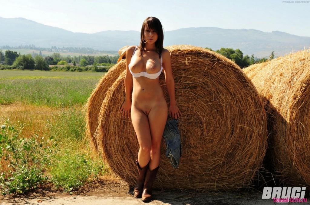 Голая на сене