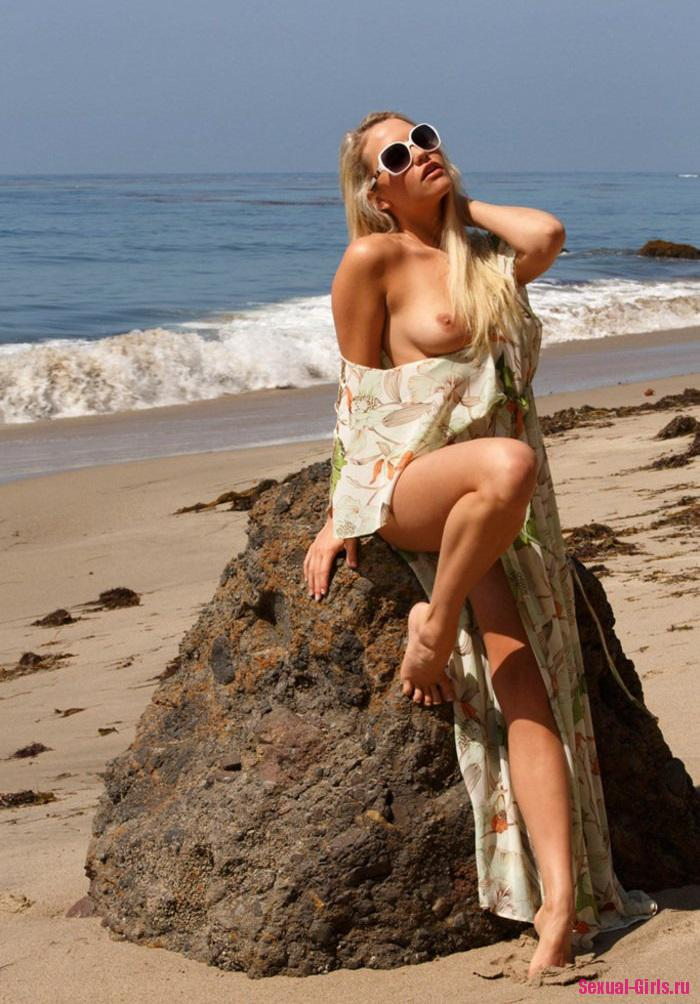 Голая писька блондинки на пляже