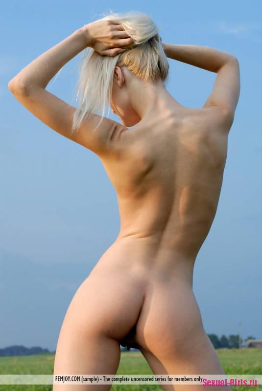 Голая блондинка на природе