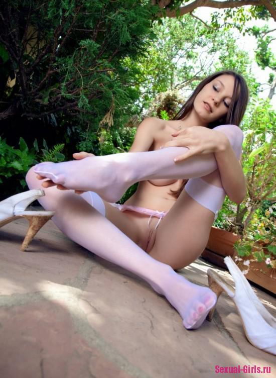 Молоденькая голая девушка