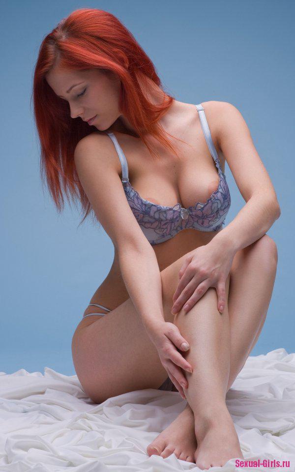 Рыжая голая девушка