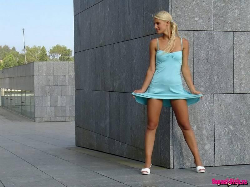 Задрала платье, показала попку