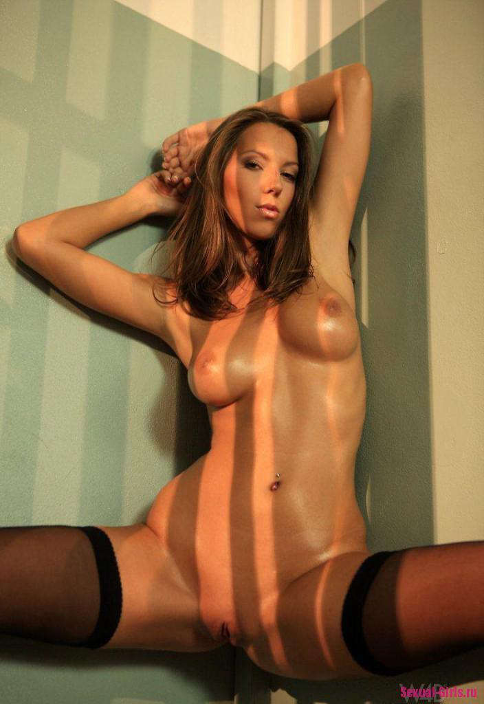 Арестованная сексуальная девушка в чулках