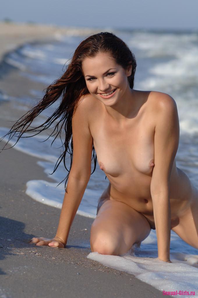 Молодая девчонка на пляже