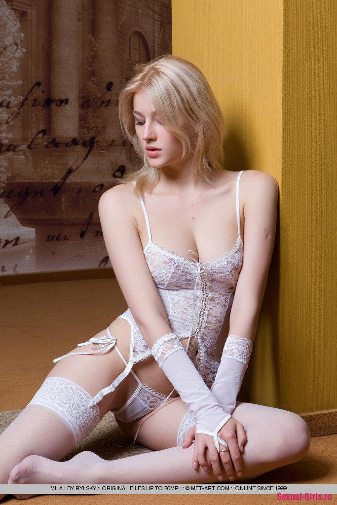 Нежная блондинка в чулках