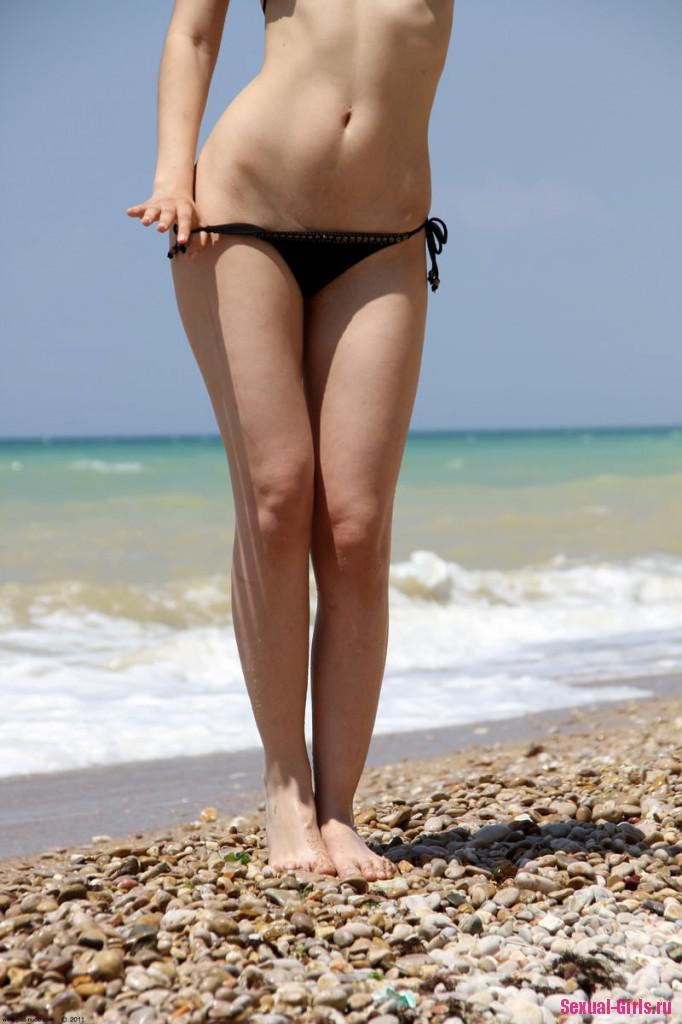 Секси брюнетка у моря