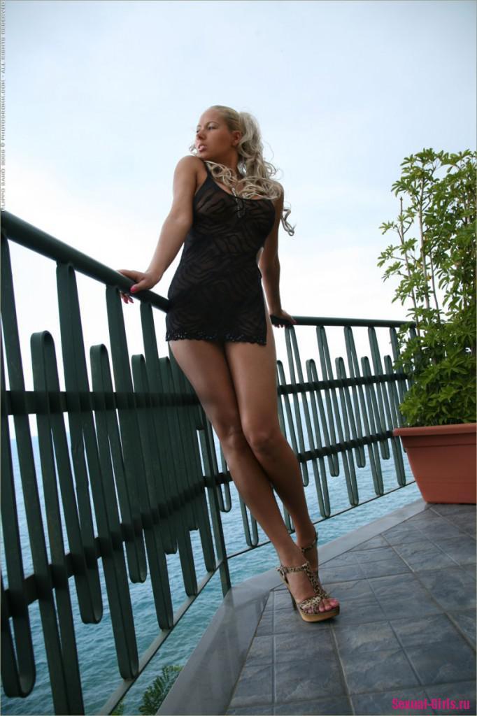 Длинноногая блондинка с шикарным телом