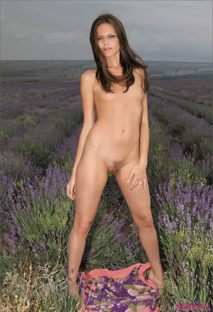 Красивая голая девка на природе
