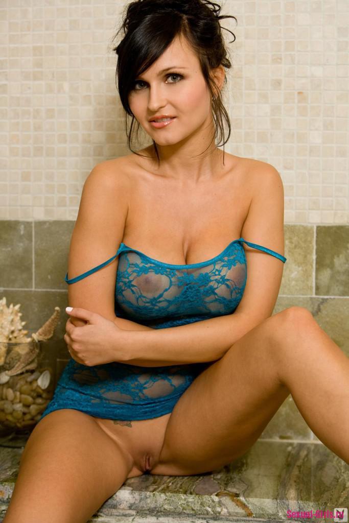 Намыленная девушка в ванне