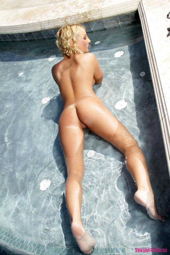 Сексуальная баба у бассейна