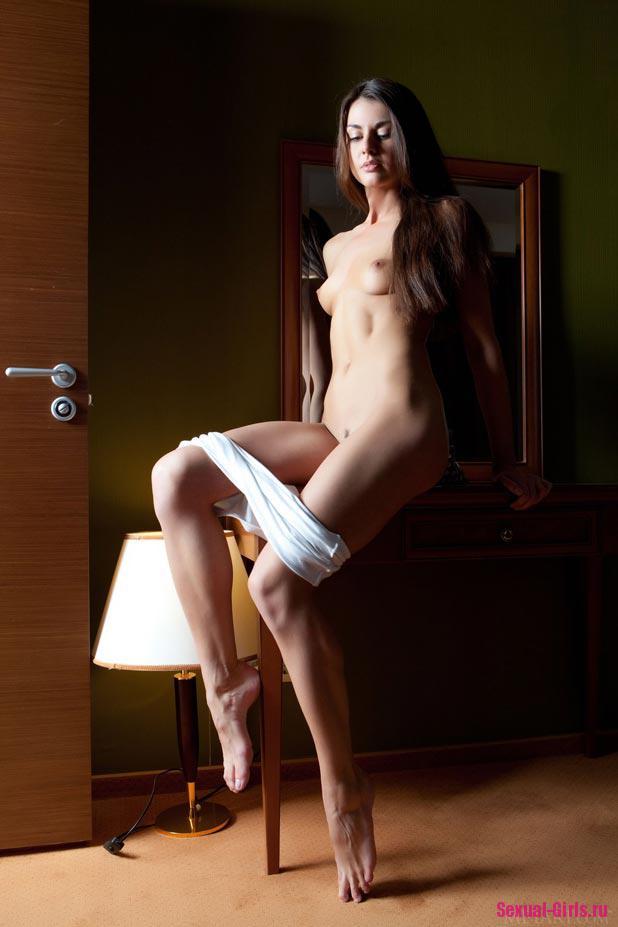 Фото молодой красотки с красивыми ножками