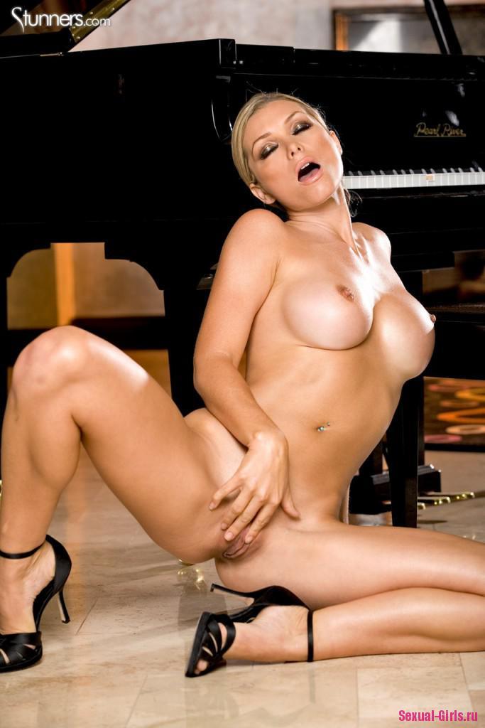 Раздетая блондинка у рояля