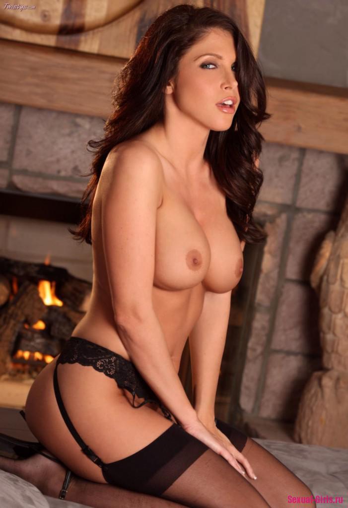Сексуальные фото брюнетки на кровати